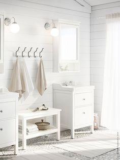 Med förvaringsmöbler ur den klassiska serien HEMNES blir ett vitt badrum både personligt, funktionellt och rumsligt möblerat.