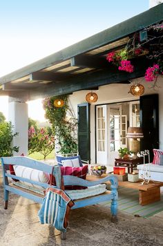 Outdoor lounge. Photo via El Mueble.