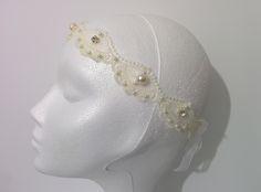 Modelo Istar con perlas y brillantes perfil #lamoradadenoa #perlas #pedrería #coser #brillantes #encaje #blanco #marfil #cintadepelo #novia #boda #bridal #complementos