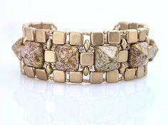 Efektný náramok šitý z malých zlatých voskovaných štvorčekov a korálok v tvare pyramídy s efektným zlatistým pokovom....