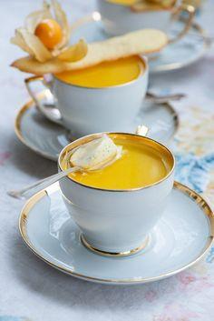 Opskrift på citron panna cotta med vanilje Panna cotta al limone: Lækker citron panna cotta Tiramisu Dessert, Köstliche Desserts, Delicious Desserts, Dessert Recipes, Gourmet Recipes, Sweet Recipes, Diy Dessert, Tapas, Dulce De Leche