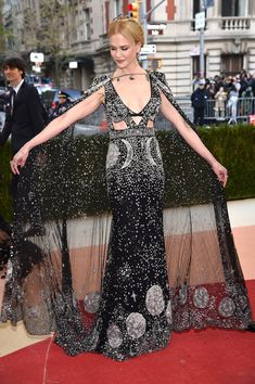 I never used to care for Nicole Kidman until the last couple of years. Now, she seems like someone I'd like to have lunch with every month or two. (Nicole Kidman in Alexander McQueen at the 2016 Met Gala) Nicole Kidman, Alexander Mcqueen, Alex Mcqueen, Alexander Wang, Beautiful Dresses, Nice Dresses, Formal Dresses, Gorgeous Dress, Glamour