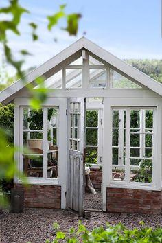Växthus byggt av Jonseredstegel och gamla fönster