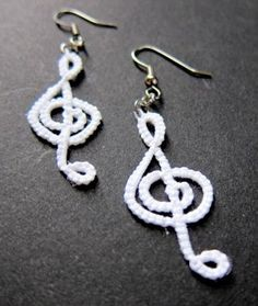 White Tatted treble Clef Earrings (no pattern) Crochet Jewelry Patterns, Crochet Earrings Pattern, Tatting Patterns, Crochet Accessories, Crochet Music, Love Crochet, Crochet Gifts, Crochet Lace, Tatting Earrings