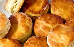 Englantilaiset teeleivät, scones eli skonssit tehdään kaulitusta taikinasta, josta otetaan muotilla pyörylöitä ja ne paistetaan. Kello viiden teen ...