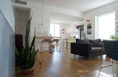 Lo studio di architettura Vert ha progettato questo appartamento a Piacenza per una giovane coppia a partire dalla volontà di valorizzarne la luce naturale