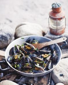 Barbecue mussels with wheat beer, garlic and fresh herbs - Libelle Lekker Food N, Food And Drink, Sea Food, Cobb Bbq, Green Egg Bbq, Lemon Kitchen, Gas Bbq, Mussels, Pasta