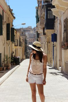 A set of photos taken in Valetta, the historic capital to discover by walking to enjoy the original architecture of this Mediterranean city. // My Style Influencer : Top H & M / Shorts American Retro / Hat Asos / Sunnies Urban Outfitters / Belt Vintage