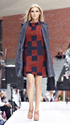 Kleid und Mantel von Kay Muto.