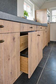 Landelijk moderne eiken keuken met zeer exclusieve houten laden en spoelbak in graniet | fronten: eiken white wash | werkblad: graniet, gefrijnde randafwerking #interieurstyling #interieurbouw #maatwerk #keuken #graniet #houtenladen #landelijk | www.vri-interieur.nl
