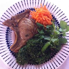 Almoço e primeira refeição do dia.  Bisteca feita na banha de porco couve refogada na manteiga e saladinha.   #lowcarb #paleo #comidadeverdade