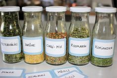 Die Landfrau: DIY – Kräuter trocknen For other models, you can visit the category. Drying Herbs, Kitchen Gifts, Natural Medicine, Preserves, Chili, Herbalism, Mason Jars, Food And Drink, Healthy Recipes