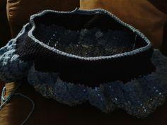 Tejiendo bolsa en crochet terminando con puntada de cangrejo en la orilla por tere martinez