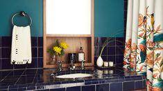 Es difícil encontrar cortinas de baño que mostrar con orgullo. De hecho, en general, los decoradores preferirían que desaparecieran. Pero si no tienes más remedio que apostar por ellas, esta lista te será muy útil. Bathroom Lighting, Mirror, Ideas, Furniture, Home Decor, Bathroom Curtains, So Done, Bathroom Light Fittings, Bathroom Vanity Lighting
