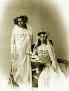 Crownprincess Marie of romania and sister Gd Victoria Melita of Hesse, both in costume. Queen Victoria Family, Princess Victoria, Romanian Royal Family, Fancy Dress Ball, Vintage Photos Women, Princess Alexandra, Women In History, British History, Kaiser