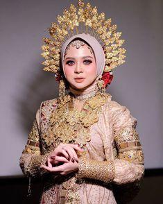 Wedding Hijab Styles, Hijab Bride, Pakistani Wedding Dresses, Dream Wedding Dresses, Wedding Day Makeup, Bride Makeup, Wedding Couple Cartoon, Muslimah Wedding, Indonesian Wedding