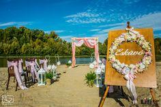 """A romantikus vízparti esküvőn a """"bejáratot"""" is egy romantikus  rózsakoszorú díszíti. Table Decorations, Beach, Wedding, Home Decor, Valentines Day Weddings, Decoration Home, The Beach, Room Decor, Beaches"""