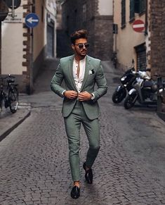 Daily fashion inspiration🔥 📸 Do you like this… is part of Mens fashion suits 183564637065 - Mens Casual Suits, Stylish Mens Outfits, Mens Fashion Suits, Mens Suits, Casual Menswear, Trendy Suits, Tailored Suits, Green Suit Men, Blazer Outfits Men