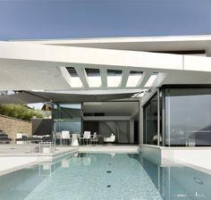 """Mit raumhohen Fensterfronten, organischen Rundungen oder geeigneten Verglasungen ermöglicht Sky-Frame individuelle Raumkonzepte und aussergewöhnliche Architektur. Getreu der Bauhaus-Vision des """"fliessenden Raumes"""" öffnen die Schiebefenster mit schwellenlosem Übergang den Wohnraum. Innen und Aussen vereinen sich so zu einem Lebensbereich.  Dank des zeitlosen rahmenlosen Fensterdesigns wird die Aussicht zum faszinierenden Gestaltungselement. Die Sky-Frame Technologie ist """"100% Swiss Made"""". Style At Home, Bauhaus, Sky, Mansions, House Styles, Frame, Home Decor, Technology, Glass Building"""