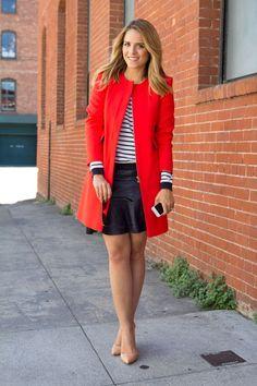 Exemplo perfeito de como o Scarpin Nude alonga a silhueta e é complemento ideal para itens coloridos. Copiem muito essa composição - listras + casaco/ blazer vermelho + scarpin nude. Podem substituir a mini por saia midi ou calça. Tem Scarpin nude perfeito, com salto largo, aqui - http://buyerandbrand.com.br/mododeusarmoda/?bi=2qRzoEk