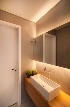 Exemplo: bancada pia madeira demolição, espelho com iluminação indireta atrás