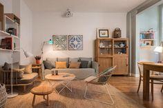 Le format de cette décoration reflète le charme rustique que le bois clair minutieusement travaillé peut conférer à un intérieur. Et pour consolider la splendeur ce cet ensemble de Meritxell Ribé, les carreaux de ciment ont été choisis pour couvrir par endroit le sol. La sculpture des meubles ne man