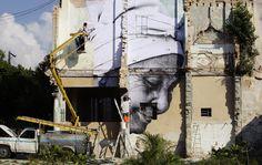 """Su un edificio dell'Avana, a Cuba, si prepara il progetto """"Rughe della città"""", con le opere del fotografo J.R e dell'artista José Parlá. (D. Boylan, Reuters/Contrasto)"""
