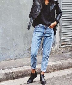 Mom jeans: Cómo combinar los vaqueros mom de tendencia - Mom jeans y chaqueta de cuero