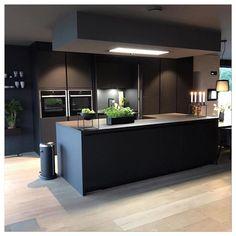 New kitchen decor grey dark ideas Grey Kitchen Designs, Modern Kitchen Design, Interior Design Kitchen, Room Interior, Black Kitchens, Luxury Kitchens, Home Kitchens, Home Decor Kitchen, New Kitchen