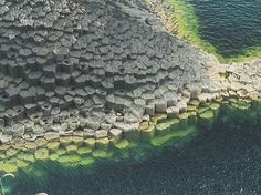Basalt Columns of the Isle of Staffa, Scotland. The 'Staffa Group' is the name given to the series of olivine tholeiite basalts found in the vicinity of Mull which erupted million years ago. Basalt Columns, Scotland Holidays, 1 Live, Science And Nature, Planet Earth, Amazing Nature, Mother Earth, The Great Outdoors, Beautiful Places