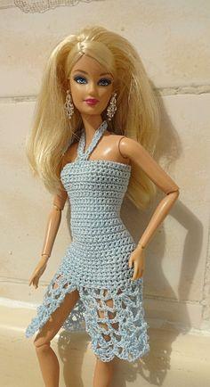 traje sumamente sexy. Ademas de que Barbie muestra sus  piernas atravez del punto crochet tambien es abierta al frente dandole mas libertad de movimiento.