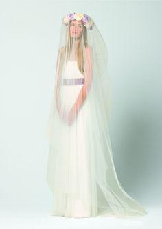 Vestido de novia de MaxMara con velo hasta los pies.  www.webnovias.com