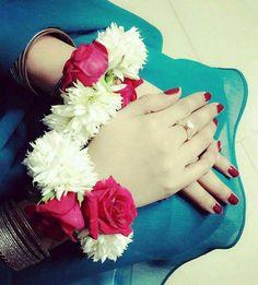 I m like a flower Cute Girl Photo, Beautiful Girl Image, Beautiful Hands, Stylish Girls Photos, Stylish Girl Pic, Cool Girl Pictures, Girl Photos, Baby Photos, Girly Dp
