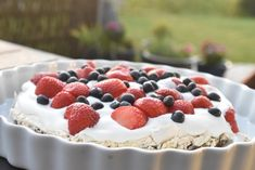 Bastogne kage med marengs, flødeskum & bær | nogetiovnen.dk Raspberry, Pudding, Fruit, Desserts, Food, Tailgate Desserts, Deserts, Custard Pudding, Essen