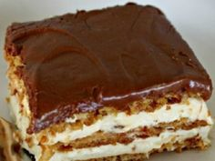 Bake Eclair Cake No Bake Eclair Cake Recipe - keep these ingredients on hand in case an emergency, last-minute dessert is needed!No Bake Eclair Cake Recipe - keep these ingredients on hand in case an emergency, last-minute dessert is needed! No Bake Eclair Cake, Eclair Cake Recipes, No Bake Cake, Chocolate Eclair Cake, Chocolate Frosting, Whip Frosting, Eclair Recipe, Dessert Chocolate, Chocolate Desserts