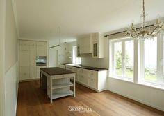 Super schöner Kontrast. Küche in Weiß und Kücheninsel in kräftigem Champagner. Greenville Architektur.