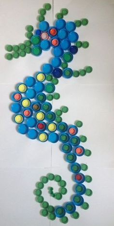 Hippocampe Réalisé avec 150 bouchons de bouteilles. 3 mois pour amasser les bouchons, 10 minutes pour les disposer.