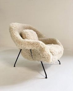Superior Eero Saarinen Womb Chair in California Sheepskin Types Of Furniture, Furniture Styles, Furniture Ideas, Barbie Furniture, Garden Furniture, Plywood Furniture, Diy Furniture Renovation, Plywood Table, Diy Furniture Cheap