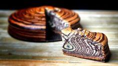 Zebra bábovka polohrubá mouka 300 g cukr krupice 200 g vanilkový cukr 1 sáček kypřicí prášek do pečiva 1 sáček olej 200 ml bílý selský jogurt 200 ml vejce 4 ks bílý selský jogurt 1 lžíce kakao 2 lžíce máslo a mouka na vysypání formy