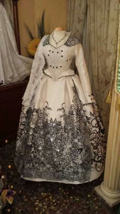 Preciosidad de Alan Indumentaria Beautiful Costumes, Beautiful Dresses, Nice Dresses, Victorian Gown, Victorian Fashion, Vintage Dresses, Vintage Outfits, Fantasy Dress, Ao Dai