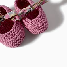 Zara - mini - knit booties with bow print laces. Baby Knitting Patterns, Knitting For Kids, Crochet For Kids, Hand Crochet, Hand Knitting, Diy Crafts Knitting, Diy And Crafts Sewing, Knitting Projects, Crochet Baby Shoes
