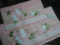 LOY HANDCRAFTS, TOWELS EMBROYDERED WITH SATIN RIBBON ROSES: TOALHAS DELICADAMENTE BORDADAS COM FLORES DE FITAS...