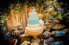 Bolo fake para casamento de Patricia Zelleroff Cake Designer, nos tons de azul e…