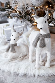70 Beautiful White Christmas Decor Ideas On A Budget - Blanc Noel❄️Decoration - Silver Christmas Decorations, Christmas Themes, Reindeer Decorations, Tree Decorations, Noel Christmas, Winter Christmas, Christmas Christmas, Vintage Christmas, White Christmas Trees