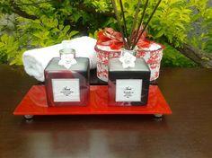 KIT <br>1 Bandeja de vidro (vermelha) <br>1 Aromatizador de ambiente vidro desenhado com rosas 350 ml, opção de fragrância; flor de cerejeira e flor de laranjeira. <br> 1 sabonete líquido de vidro desenhado com rosas 350 ml opção de fragrância ; pitanga negra e peônia <br> 2 flores cor pérola <br>1 válvula prata <br>1 tampa prata <br>7 varetas fumê