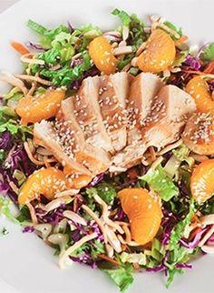 Aziatische kipsalade met knapperige romaine sla en partjes mandarijn. Heerlijk als vullende lunch of avondmaal.