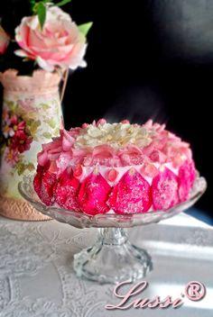 Lussi`s World of Artcraft: Нежна крем-торта с рози и сметана / Amazing Rose Petals Cake Recipe