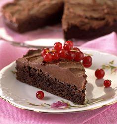 Liker du sjokolademousse kommer du til å elske denne sjokoladekaken. Den smaker helt fortreffelig og passer perfekt som avslutning på et langt og godt måltid blant gode venner.