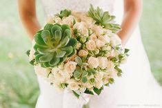 Buquê / Bouquet / Buquê de suculentas com mni rosas brancas. Bouquet_Suculentas: http://www.vestidadenoiva.com/bouquet-com-suculentas