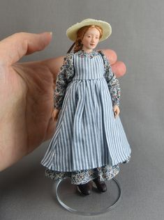 Scale Victorian Young Lady by Lilli's Littles looks like Anne of Green Gables Victorian Ball Gowns, Victorian Dolls, Antique Dolls, Victorian Dollhouse, Modern Dollhouse, Dollhouse Dolls, Miniature Dolls, Miniature Houses, Felt Dolls